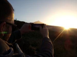 Der Teide auf Teneriffa im Abendlicht, mit dem Mietwagen unterwegs