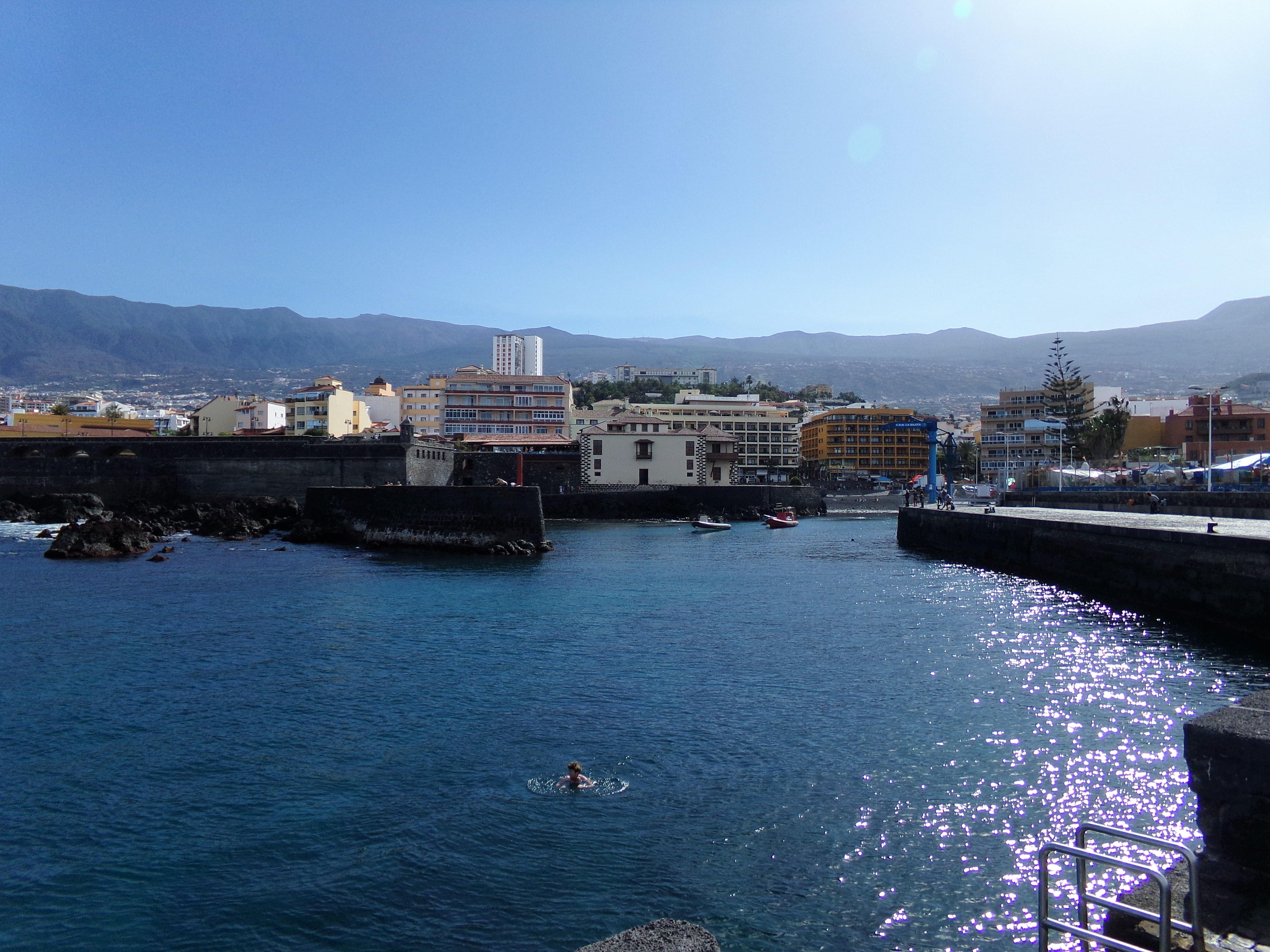 Puerto de la Cruz Teneriffa Hafenmole Stadtblick