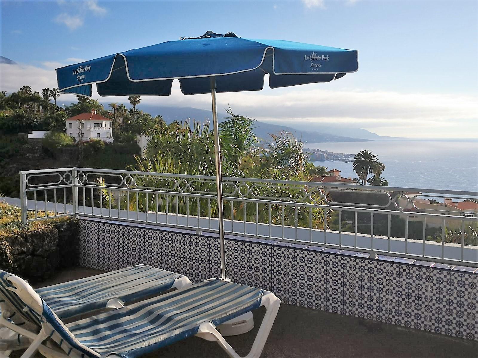 Sonnenliegen Poolbereich Ferienhaus La Quinta Teneriffa Nord