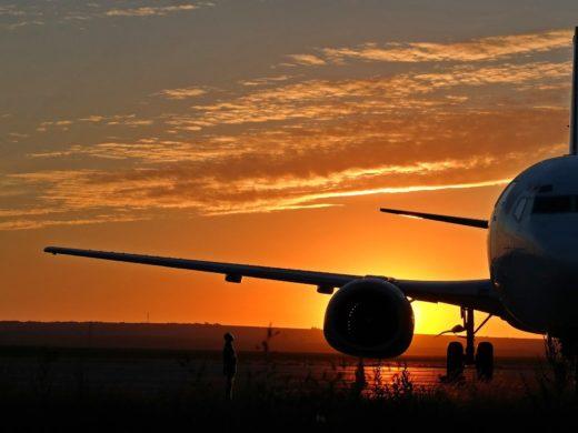 Flugzeug im Abendlicht auf dem Flughafen