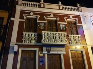 Haus, in Icod de los Vinos mit schönen Verzierungen an der Fassade. Häuser wie dieses gibt es einige in der Stadt.