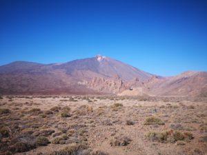 Blick über die Cañadas del Teide mit dem Pico del Teide und dem Pico Viejo, der sich links neben diesem Wahrzeichen von Teneriffa befindet.